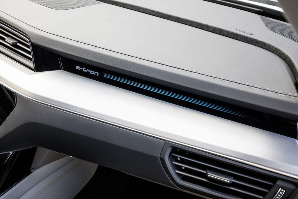 Audi e-tron mostra in foto i suoi interni futuristici ricchi di schermi e tecnologia 1