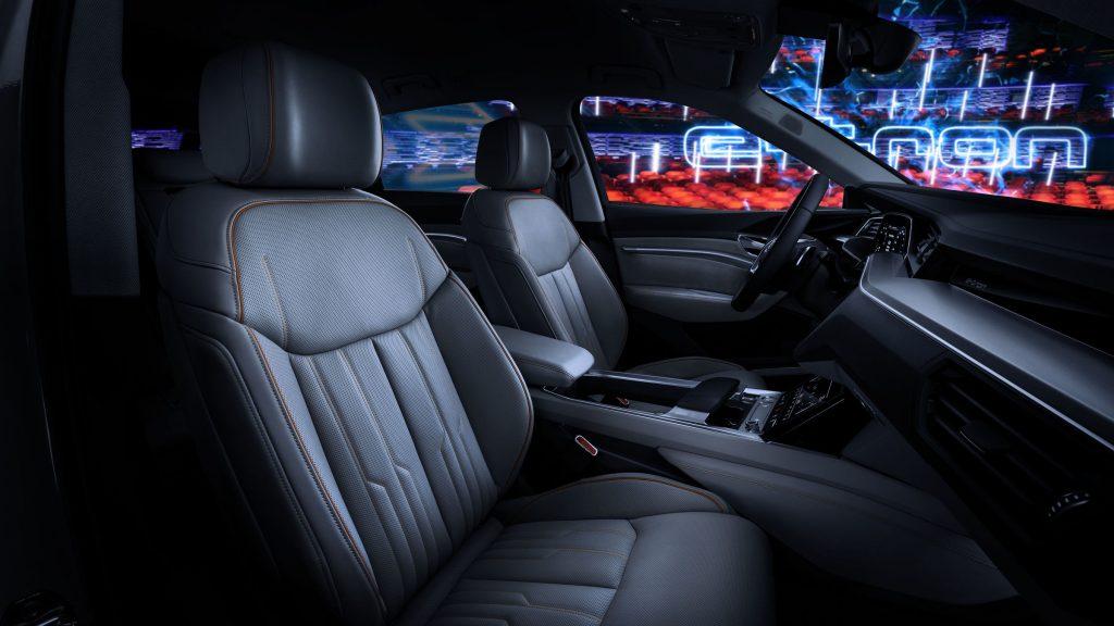 Audi e-tron mostra in foto i suoi interni futuristici ricchi di schermi e tecnologia 2