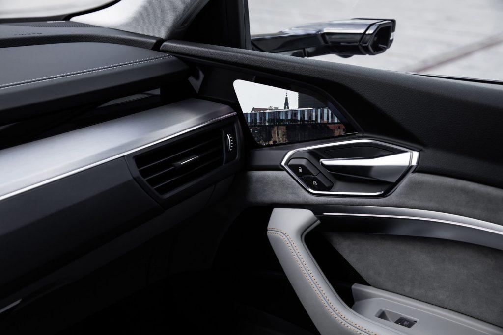 Audi e-tron mostra in foto i suoi interni futuristici ricchi di schermi e tecnologia 4