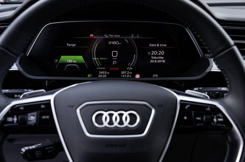 Audi e-tron mostra in foto i suoi interni futuristici ricchi di schermi e tecnologia 3
