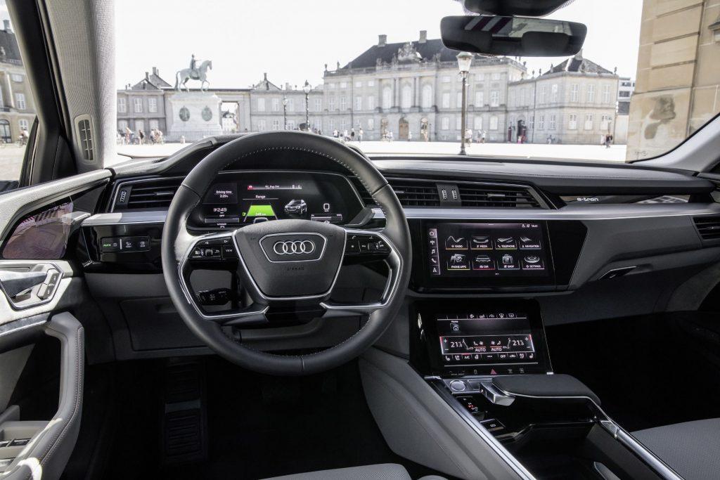 Audi e-tron mostra in foto i suoi interni futuristici ricchi di schermi e tecnologia 5