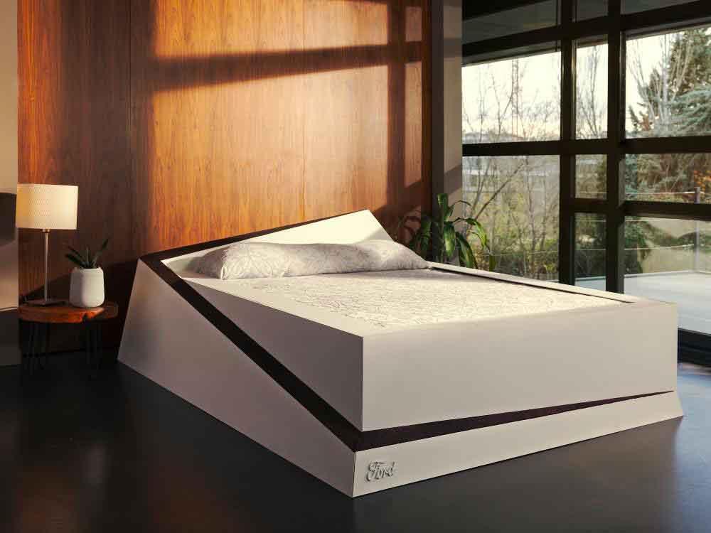 """Ford ha annunciato un """"letto smart"""" che fa restare il compagno di letto """"nella propria corsia"""" 1"""