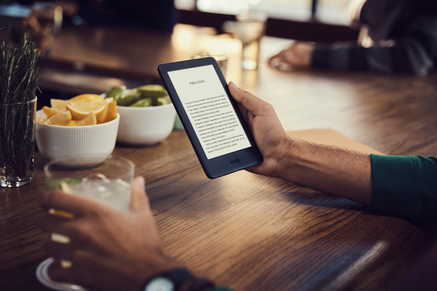 Il nuovo amazon kindle base da euro e luce integrata in