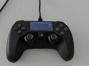 Il presunto DualShock 5 con display touchscreen di PlayStation 5 mostrato in foto 1