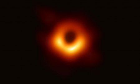 Foto reale buco nero Event Horizon Telescope EHT