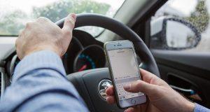 Telefono alla guida: giro di vite in Australia con telecamere e IA
