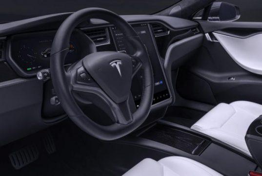 Tesla guida autonoma entro fine anno