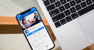 Facebook su iOS usa la camera in segreto mentre scrollate il feed